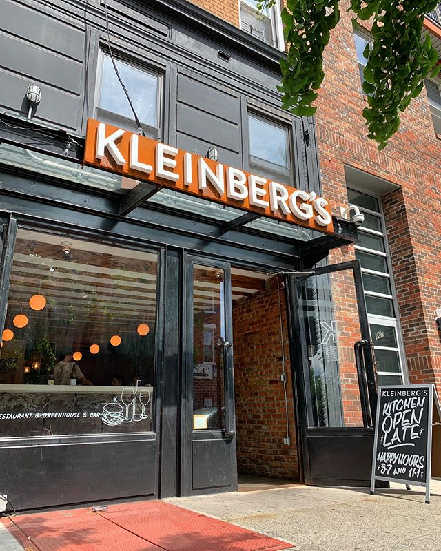 We out here! #summervibes . . . . #kleinbergs #bedstuy #brooklyn #greenhouse #backyard #naturalwine #burger