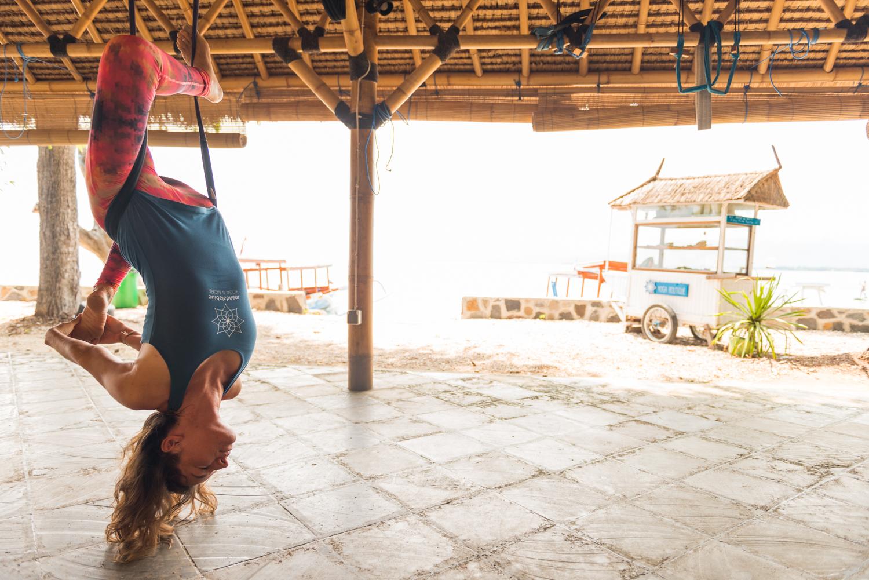 Maite, en el estudio Mandalablue Yoga en Indonesia, en la parte frontal de Blue Marine Dive, frente a la playa. Gili Air.