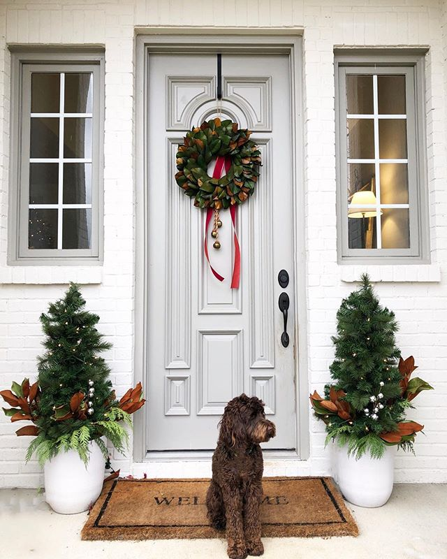 A little holiday cheer in the form of faux + real. My new holiday decorating discovery is that once I add real cypress and magnolia to my, ahem, fake lit trees on my front porch they look MUCH better. 🎄👌🏻 #chelseahorsleydesign