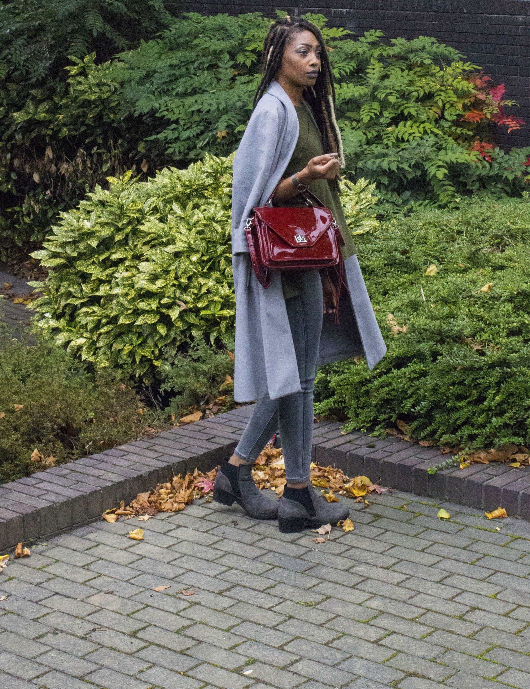 Khaki jumper grey coat grey jeans grey boots red bag for Autumn Winter