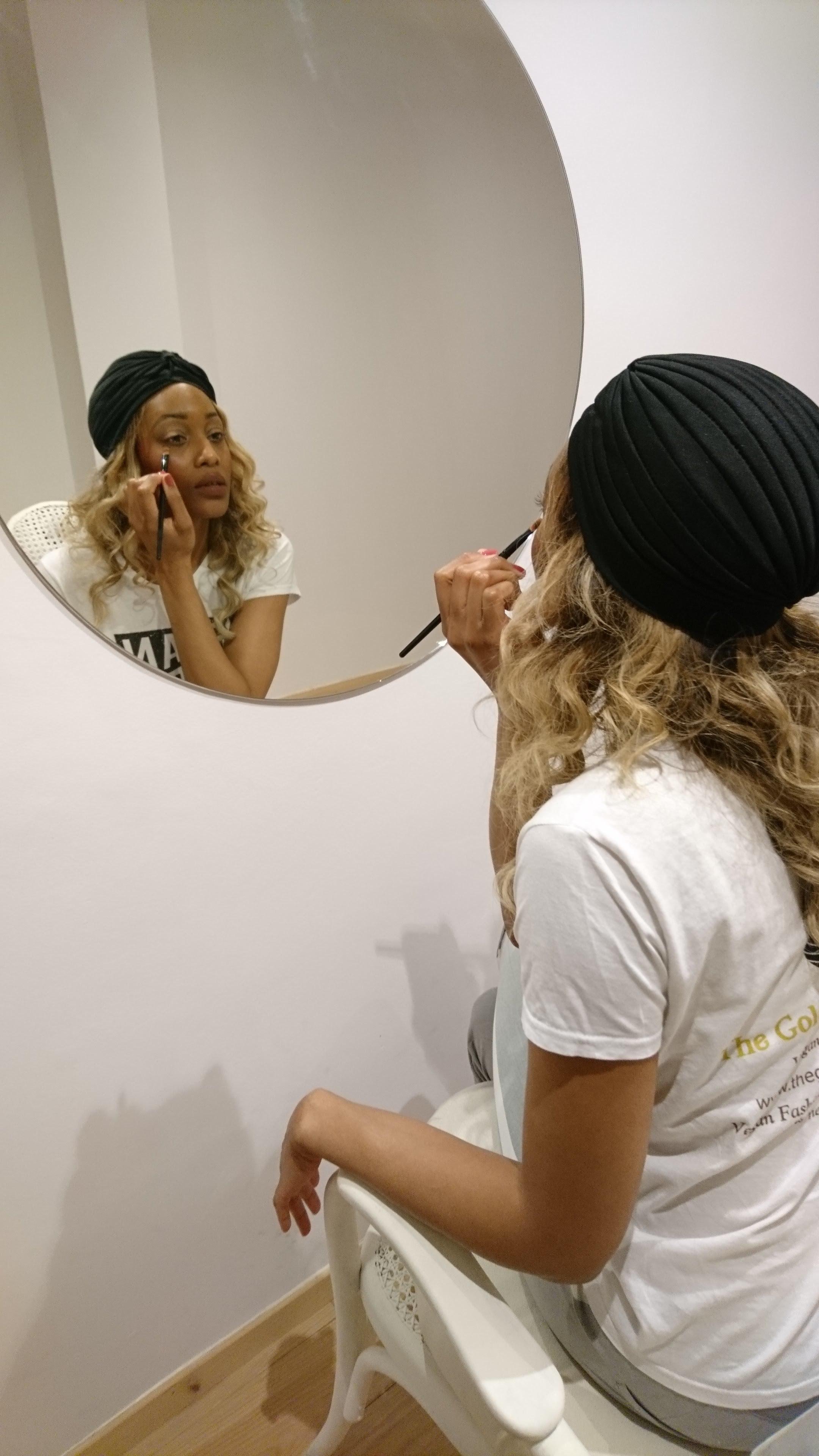 Vegere Make-Up In Mirror