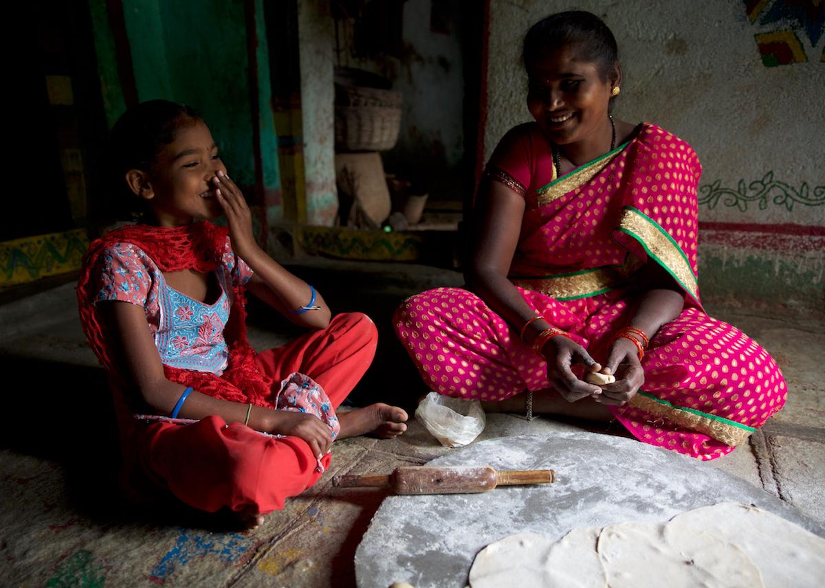 Ramadevi+daughter prepare lunch together. Photo credit Rohit Singh. Copyright owner Jayisha Patel.jpg