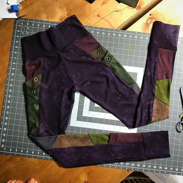 Custom NDY leggings in the richest purple with brown and green. 🦉🌹🖤 . . . . . . . #handmadeclothing #handmadepocketleggings #pocketleggings #bambooclothing #hempclothing #slowfashion #ethicalfashion #purps #fallfashion