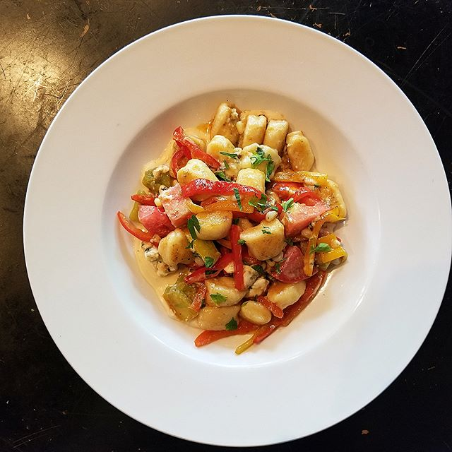 Fresh pasta Thursday! We've got house made ricotta summer gnocchi with sweet corn, peppers, tomatoes, and gorgonzola in a double cream, roasted garlic and truffle oil sauce🤤 And tomorrow we welcome back Matt Walsh playing live at the Eddy from 7-9pm! #theeddypub #livemusic #saxvillagelife #freshpasta
