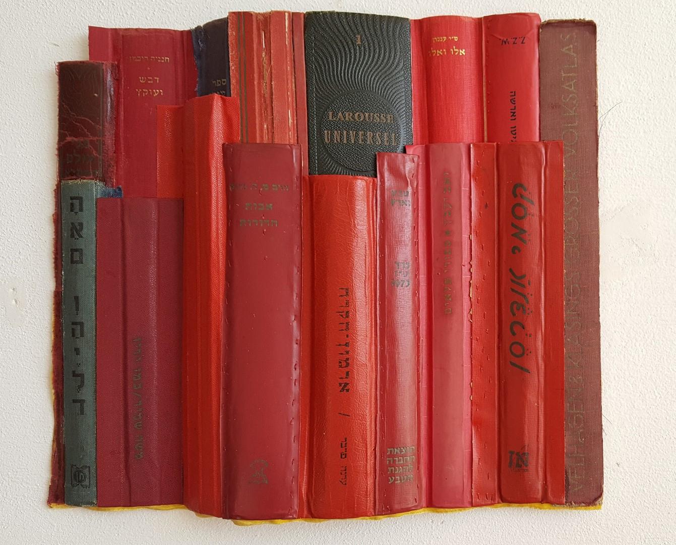 """דרורה ויצמן, אבות הדורות, 2018, אסמבלאז' 17 גבי כריכות אדומות מלוכדים למבנה. 39X33 ס""""מ"""
