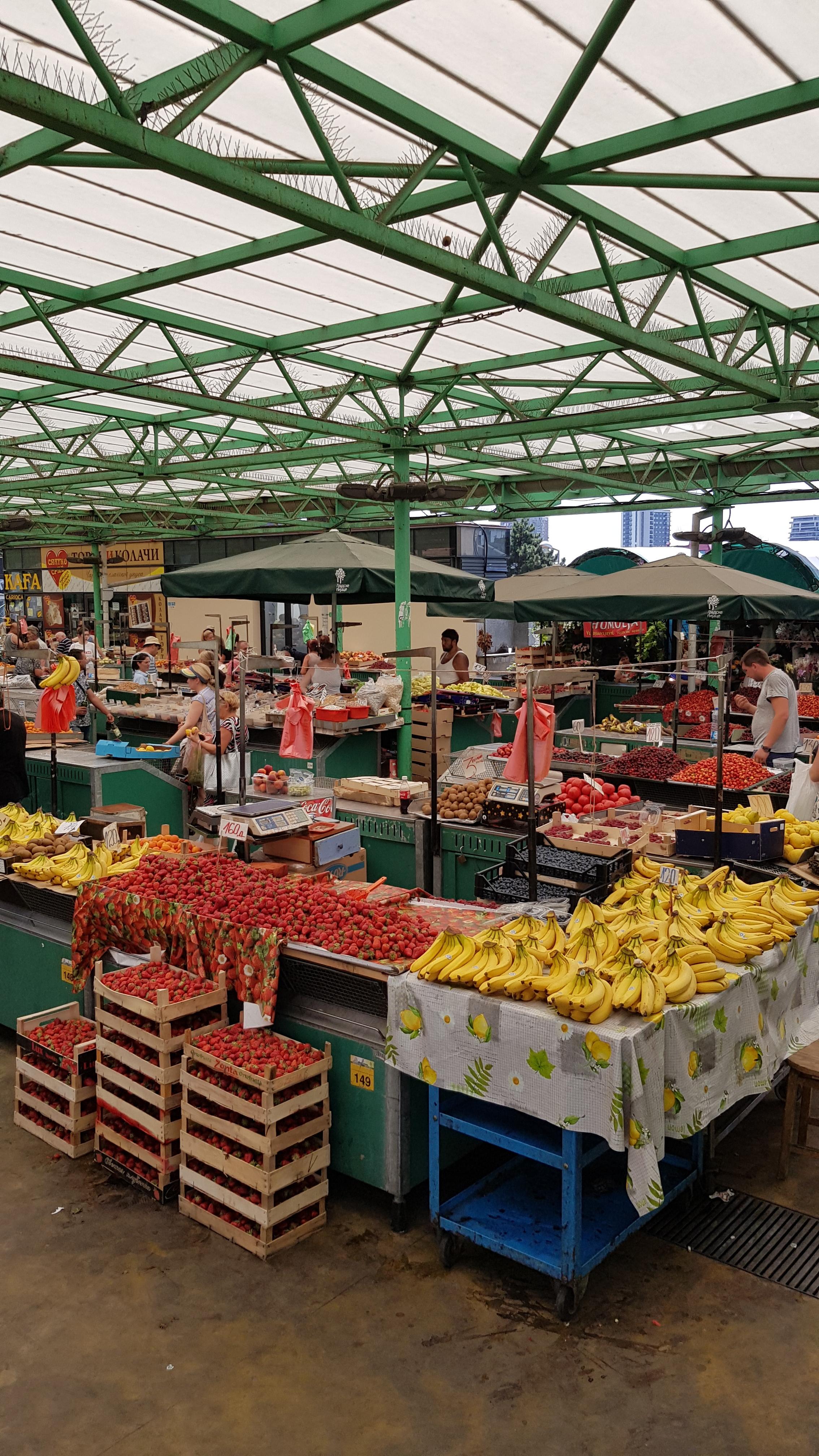 Feira com um monte de morango a preço de banana (ha-ha)
