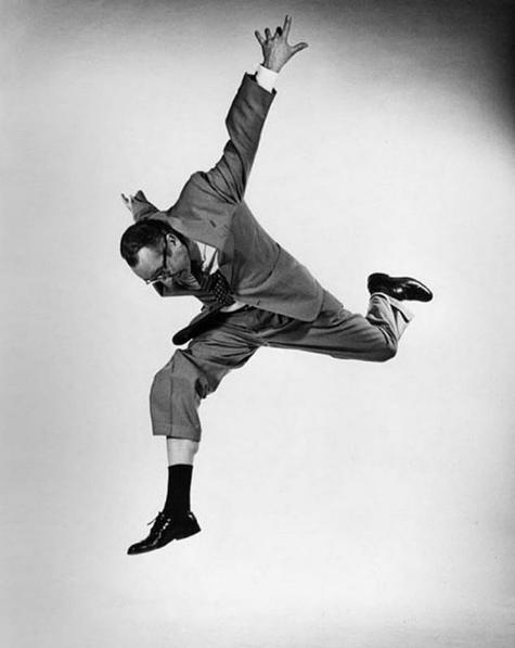 Na imagem acima, Philippe Halsman (o fotógrafo) e Harold Lloyd (o modelo) nos lembram da importância de manter os pés no chão