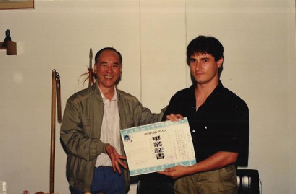 Grão-Mestre Chan Kowk Wai entregando o diploma ao Prof. Ronaldo Massarutto