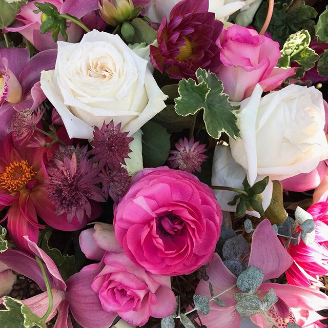 A little ranunculus, astrantia, roses, and dahlias to brighten your Sunday 🌺
