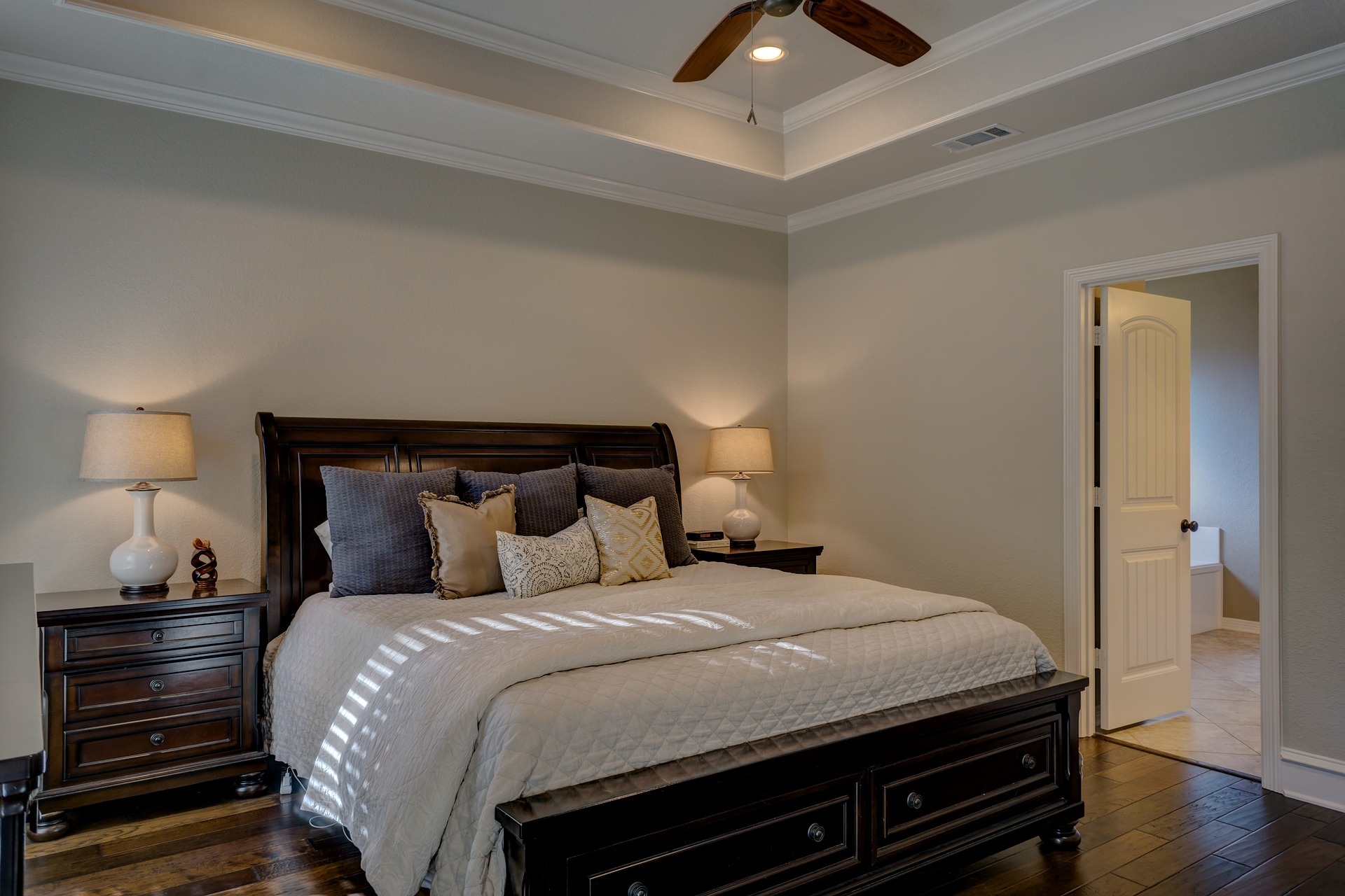bedroom-1940168_1920.jpg