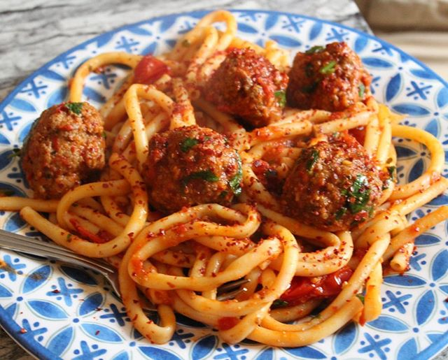 Winner winner meatball dinner??? 😂😂😂 I always have a stash of meatballs in my freezer: a rescue pack of sorts. They work a treat with a light sauce made of cherry tomatoes, garlic, loads of Turkish Chilli flakes and olive oil. Absolutely perfect if you've just had one of those working days! You know what I'm talking about right?  The trick to make the meatballs tender is adding plenty of finely chopped onion and the bread stuffing of a french baguette soaked in some milk, paprika and loads of herbs. I know it's summer but when you have to eat these, you just know. Want to know all about your freezer secrets too... #salihacooks #workingmama #delicious #masterchefuk @saveurmag @thefeedfeed @food52 @eatfamous @cookinglight @todayfood
