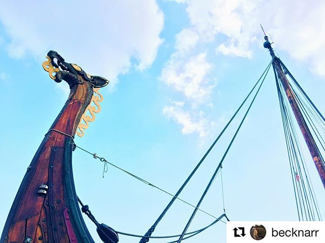 SCHEDULE UPDATE: We will be arriving at North Cove Marina in New York, NY at 2:30-3:00pm today! Come greet the Draken and join us for deck tours this Sunday only (no deck tours will be offered today or tomorrow): drakenhh.com/new-york (📸:@becknarr) . . . . . #draken #drakenhh #drakenharaldhårfagre #sail #sailing #ship #vikingship #adventure #journey #nautical #viking #vikings #vikingspirit #vikingadventure #expeditionamerica #eastcoasttour2018 #america #insta #travel #instatravel #dragon #norway
