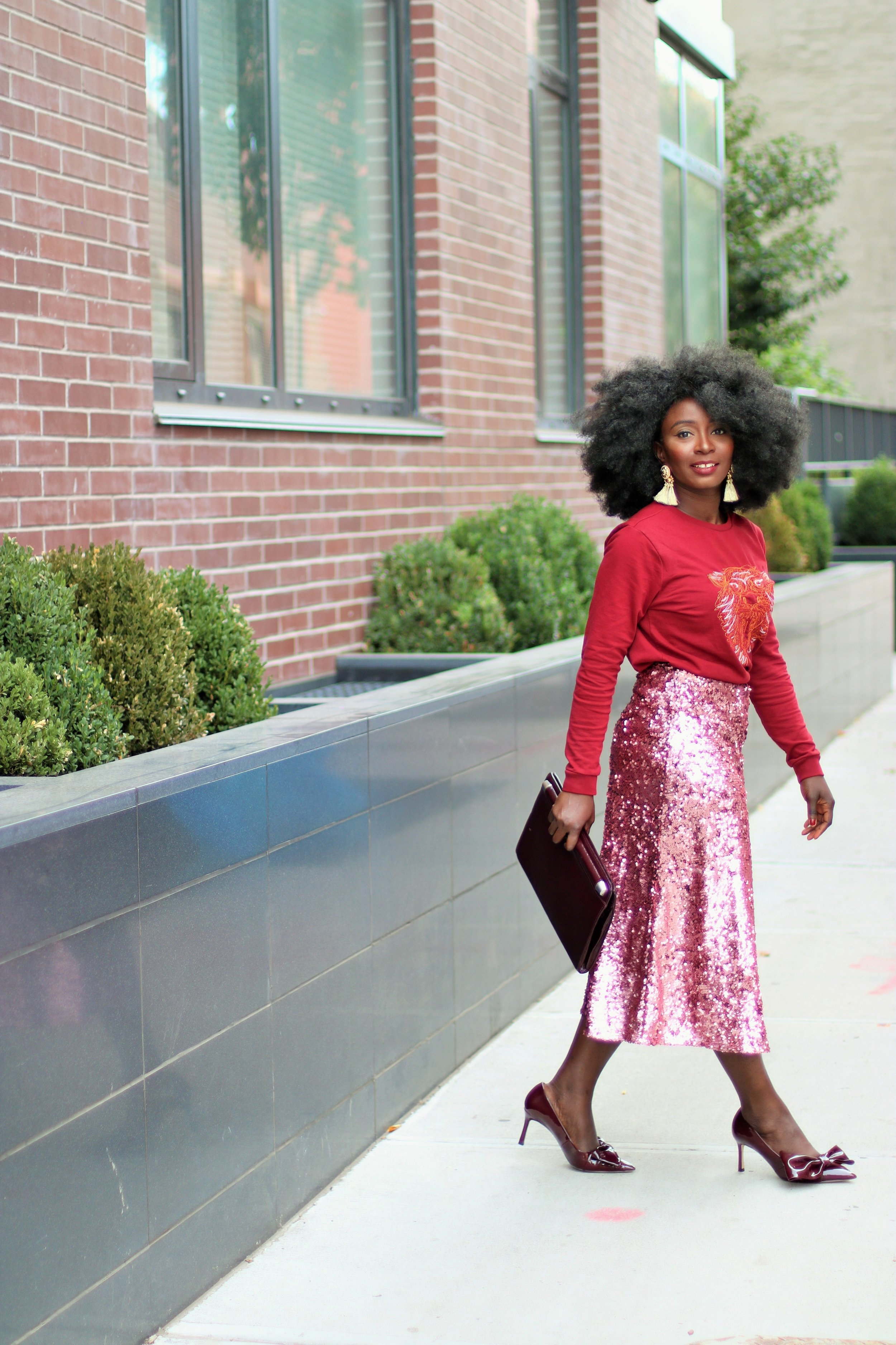 Graphic-Sweatshirt-And-Sequins-Skirt-Outfit-Ideas