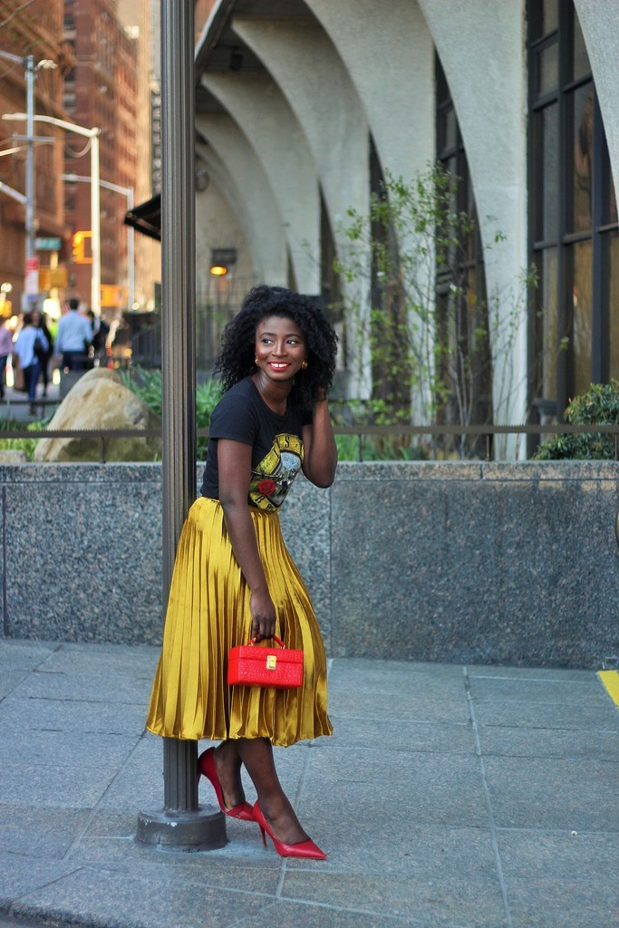 How-To-Wear-A-Gold-Pleated-Skirt