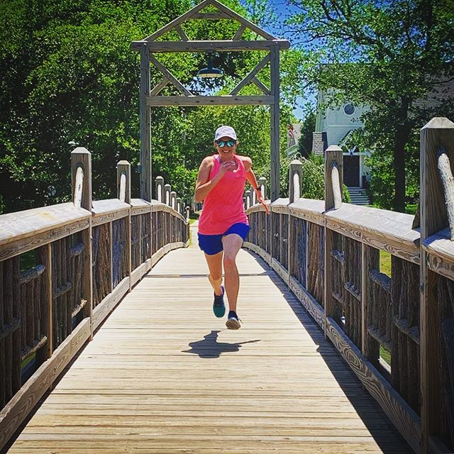 The best way to explore a new town is by running it, of course! I'm loving the scenery in my new home at the Jersey Shore. •• •• From the boardwalk to this quaint little bridge, plenty of ground to cover with @rlntl5s as we look towards fall racing season. •• •• #OnARunnersHigh @on_running @rlntl5s #springlakenj