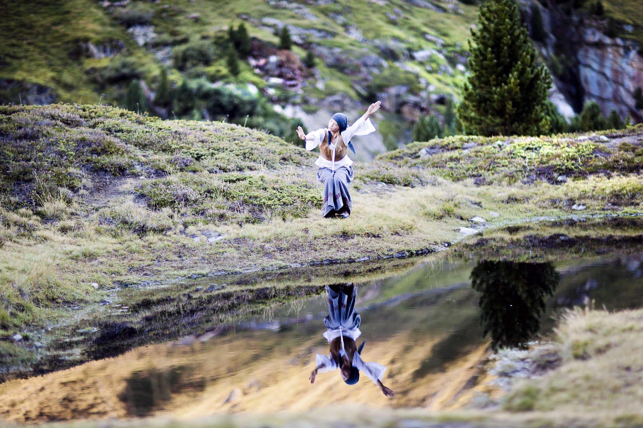 Magd tanzt am Gebirgssee, 2012 © Ernst Lorenzi