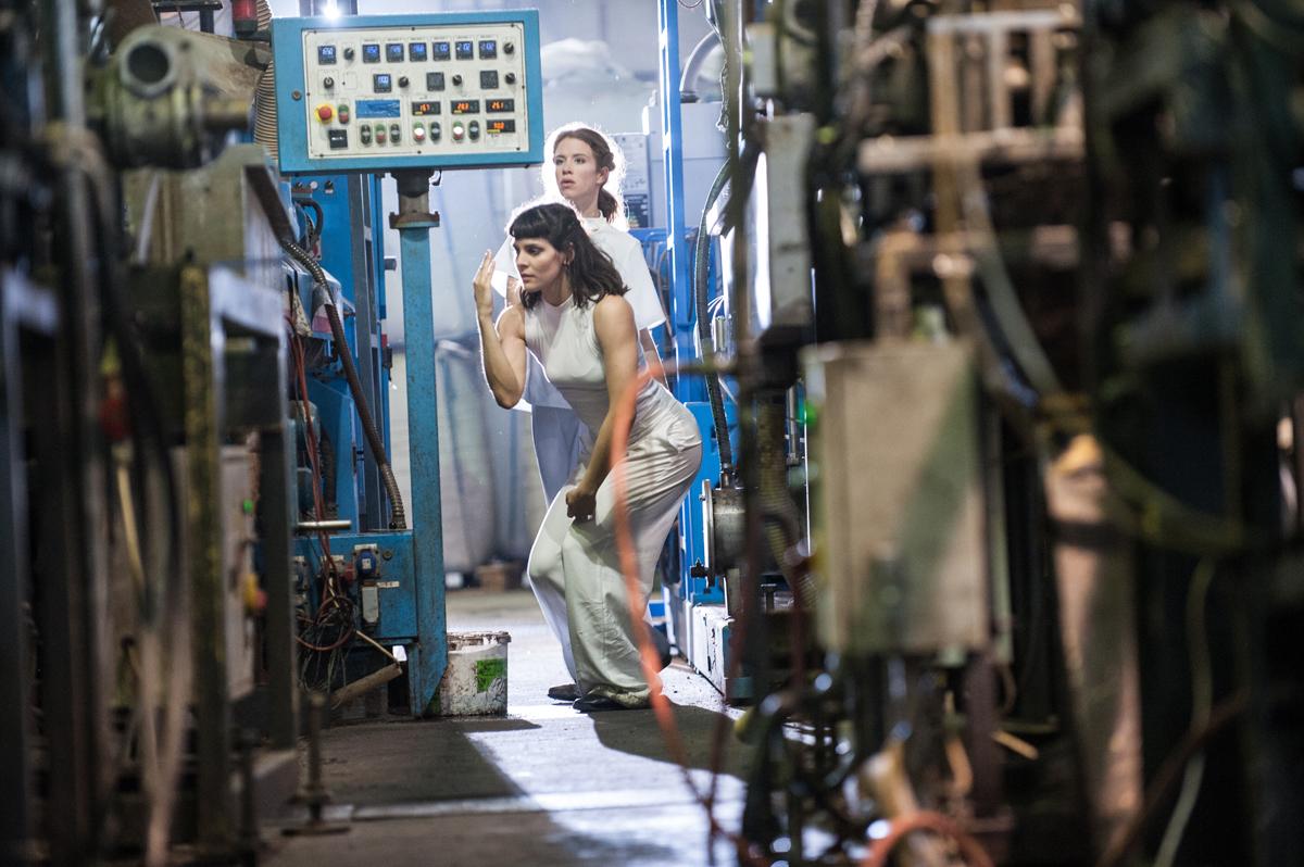 Nefeli Kadinopouli Asteriou and Barbara Földesi at the factory, © Bernhard Müller