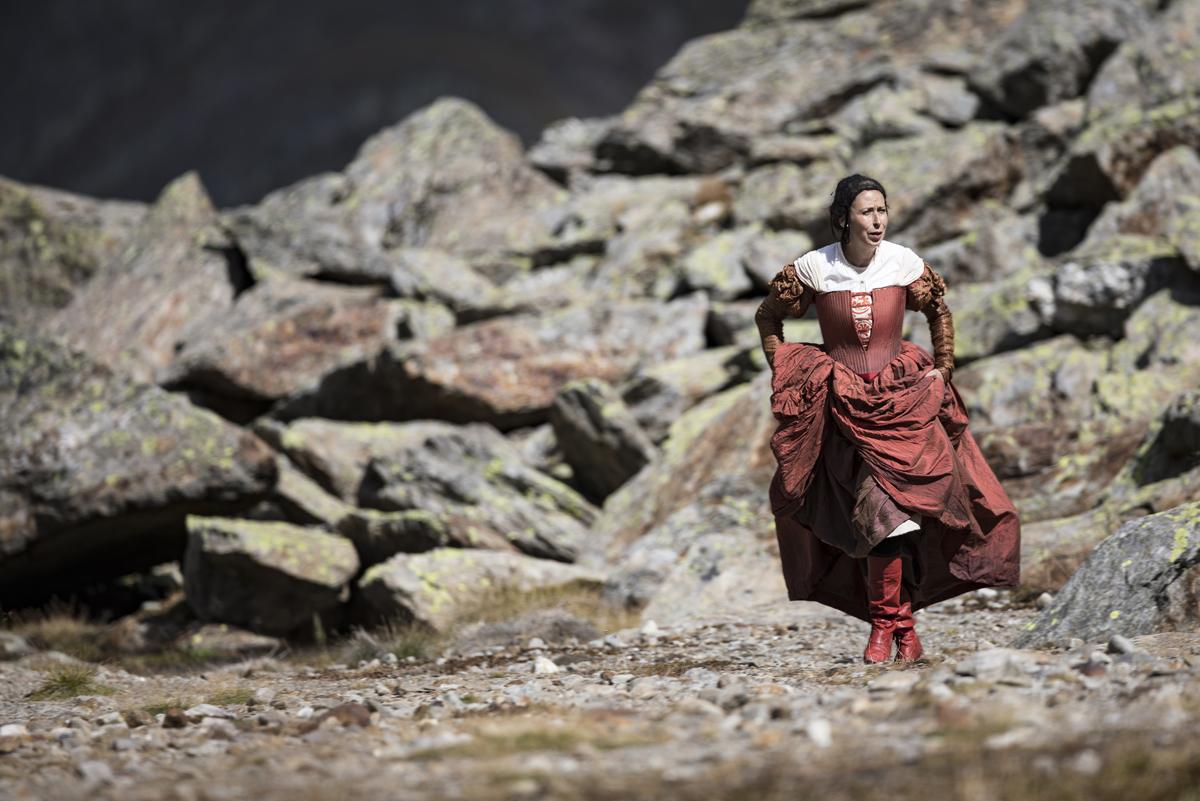 Eine fremde Frau mit roten Stiefeln © Ernst Lorenzi