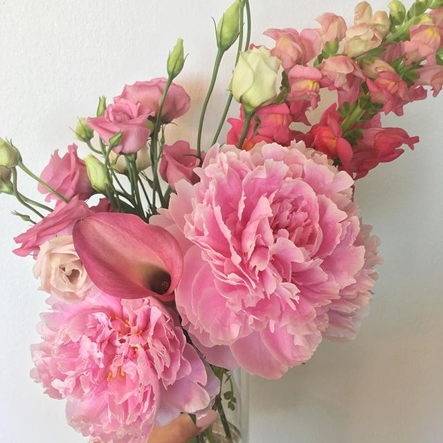 The wildest arrangement of the dreamiest, pink flowers hand chosen by the one who knows me the best #prettythings #prettyinpink