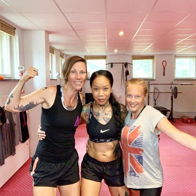 Good vibez only.🌈💭🥊☀️ . . #alphatrainingcenter #fightgym #femalegym #fighting #femalenartialart #muaythaigym #femalefighting #girlsquad #girlswhofight #femaleboxing #sweden