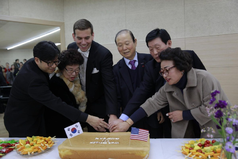 The mayor and Gunsan officials along with the two conductors cut the afterparty cake