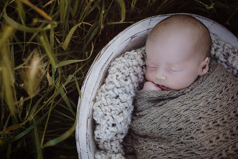 Outdoor newborn photographer Melbourne
