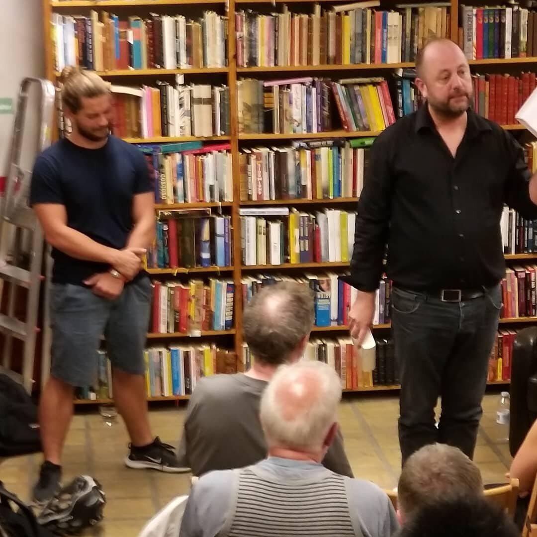 Øverst Rikke i gang med oplæsning, nederst Espen og Jacob, der beretter Kandor for os.