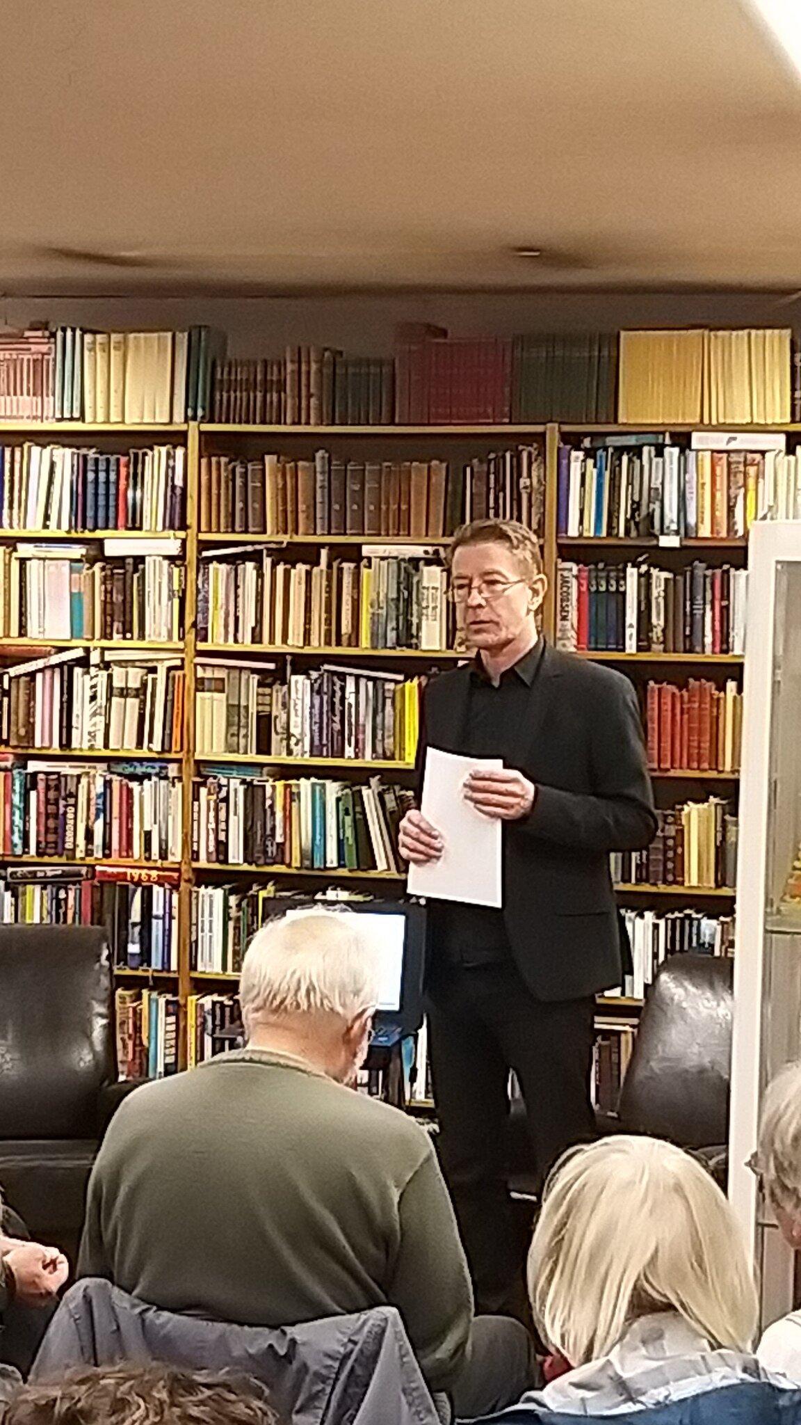 Henry leverer en sober og solid beretning om hvordan begrebet graphic novel opstod.