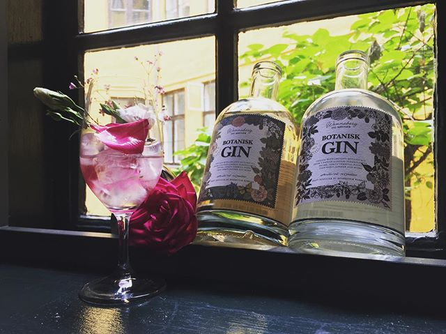Gin + tonic time has begun!  @botaniskgin is locally, organically produced. Destilled 6 times so smooth and floral that our favorite way to serve it is straight on ice cubes and fresh flowers. You MUST try this!! #gin #rosehip #gintonic #botanical elderflower #lemonverbena @signewenneberg @braunsteinofficial