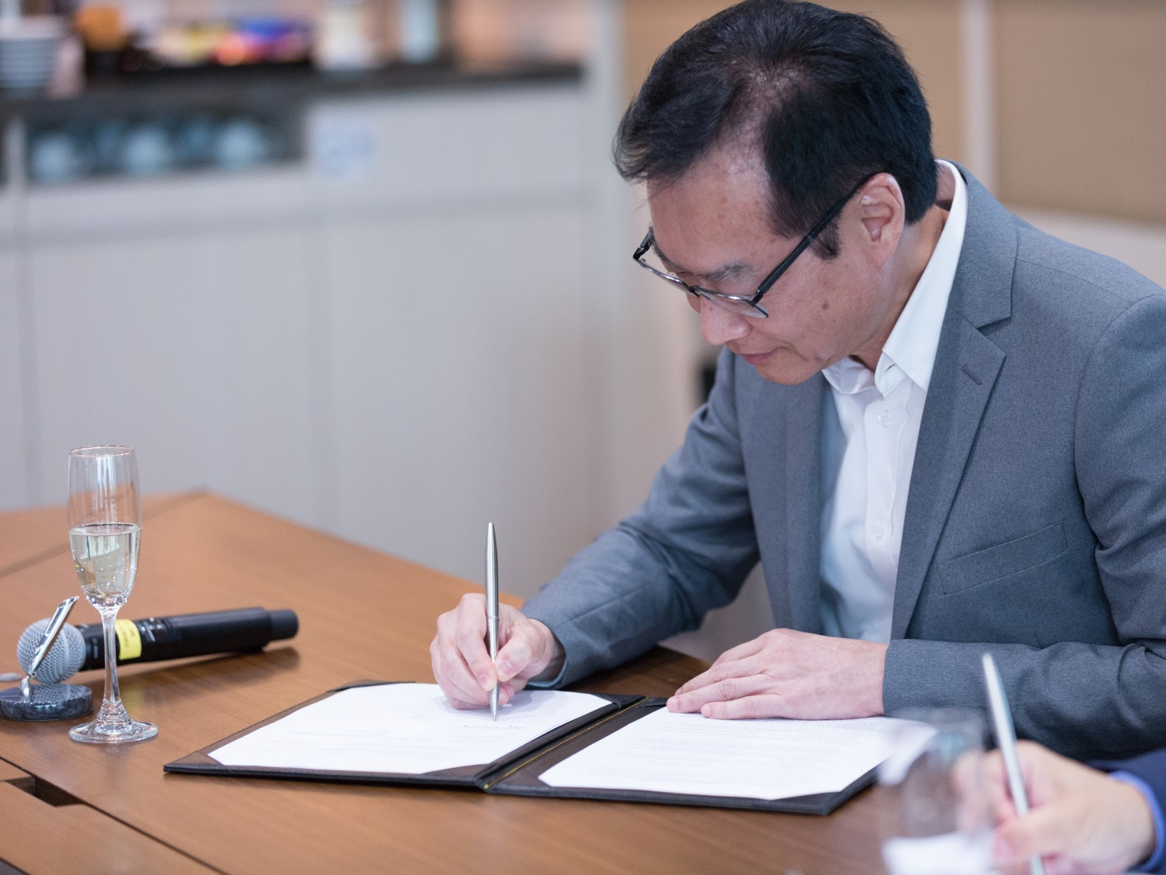 Foundation Board Director and Signing Representative Ir Wai Chi Sing, GBS JP signing the Memorandum of Understanding