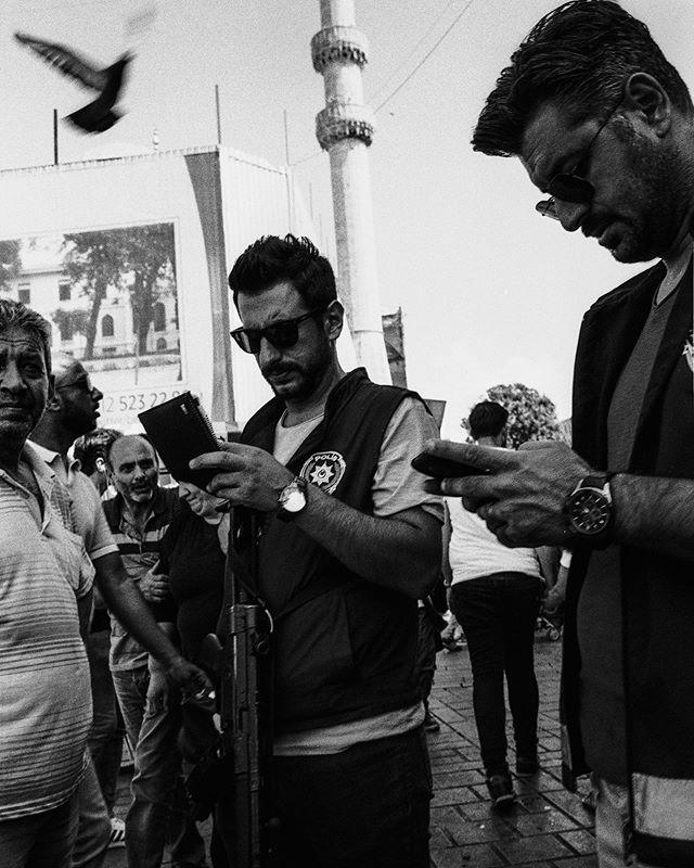 Istanbul Polis #ticketing #breakingthelaw #heavilyarmed #istanbulpolis #leicam7 #elmarit28 #ilfordhp5