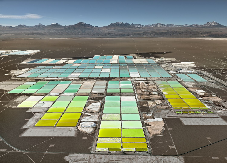 Edward Burtynsky, Lithium Mines #1, Salt Flats, Atacama Desert, Chile, 2017 (Chromogenic print, 48 x 66.5 inches, edition of 6)