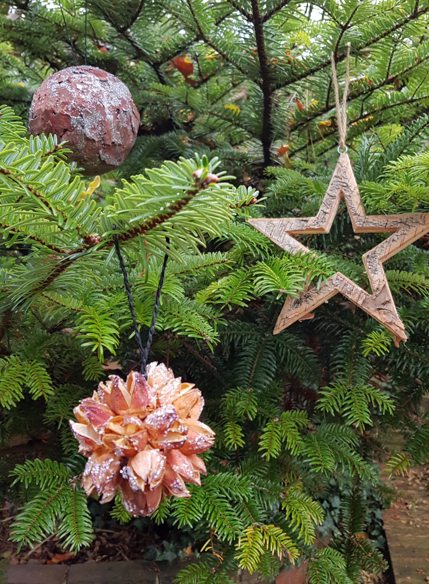 Natural, rustic bark decorations on the Christmas tree.