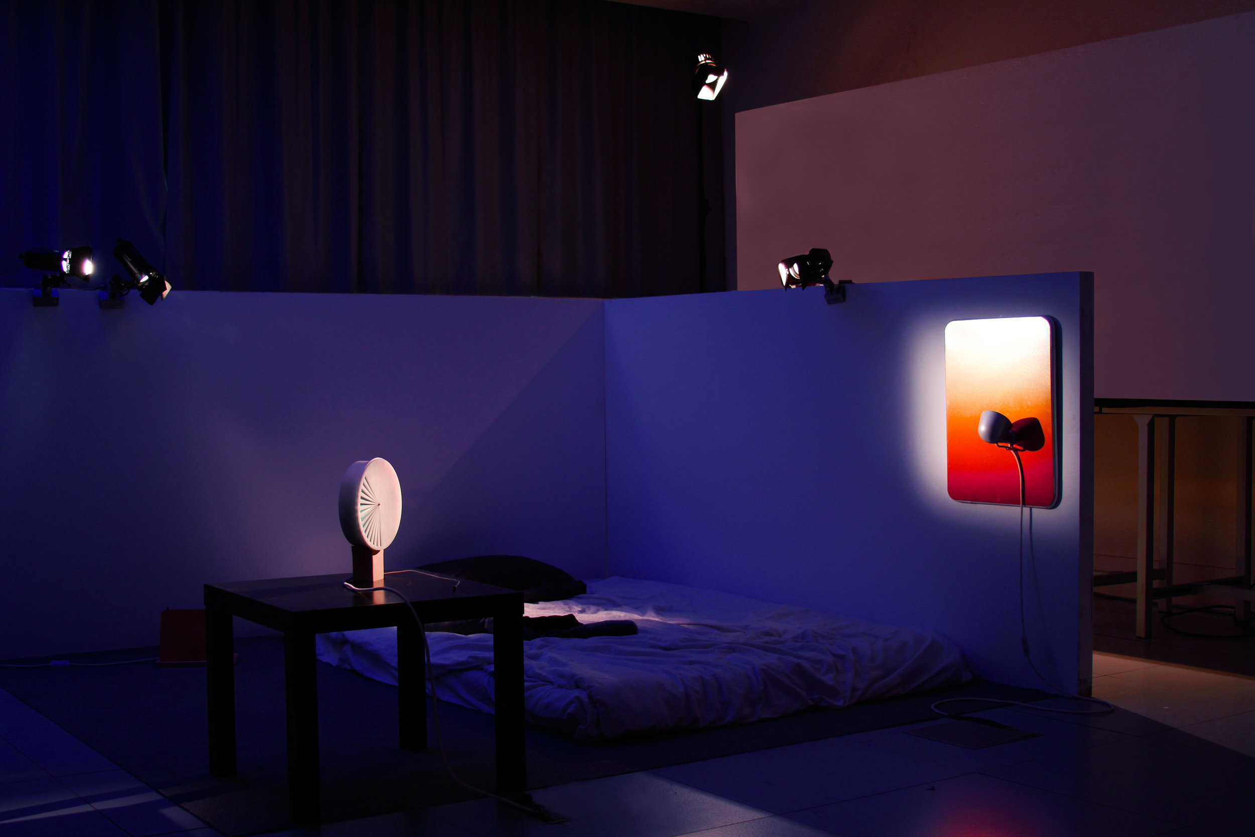 DESIGN    Edition of objects helping against sleep disorders. Following researches and specialists consultations, production of a speaker that changes the rythme of the music beat to slow down the heartbeat, and lightning devices that play with reflection and superposition to modulate the intensity of the light's color spectrum.    Photography credits: Leïla Arenou