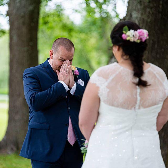 När Christoffer fick se Lenita för första gången med brudklänning.. Och även jag blev rörd till tårar.. 😭❤️. . . . . . . . . . . . . #firstlook #firstlookwedding #weddingphoto #weddingday #weddingportrait #weddingphotography bröllopsdag #bröllop #brudpar #Bride #groom #brudgum #brud #bröllopsfoto #weddingstory #EMAfoto #EMA #EmmaEngström #högbo #högbobruk #bröllopsfotograf #weddingphotographer