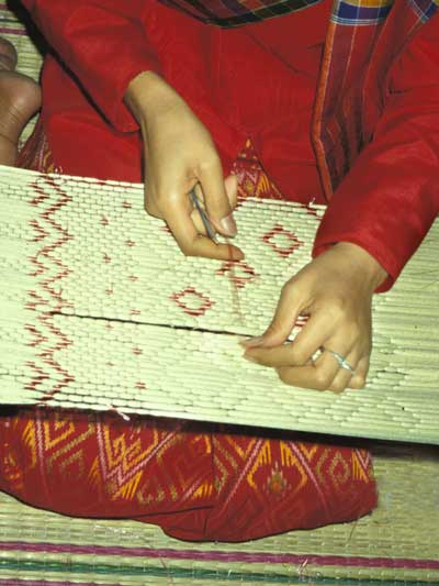 Tying Weft Ikat Threads