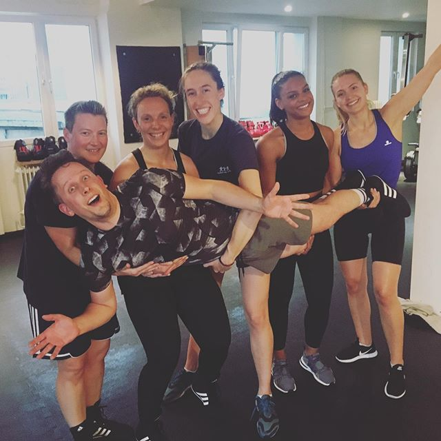 Wednesday Cardio Boxing Class with @jasminijana  Still able to smile 🥊  Thanks to this tough crew! 💪🏻 💯Join us and sweat with us in your free trial session (available on our website)💯 #boxeninhamburg #hhometown #fitness #boxing #personaltrainer #hamburg #pt #smallgrouptraining #kickassclass