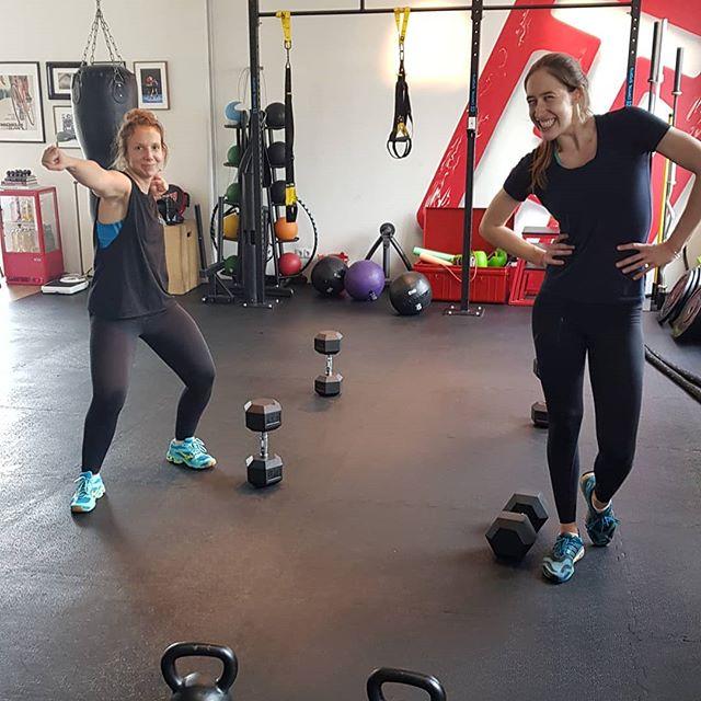 Cheeeese! Kleiner Schnappschuss aus dem Training 😬. --- Athleten:  @han_pan99  @charlottecharlsey --- Auch Lust? Buch für unseren Strength & Conditioning Kurs am Sonntag eine Probestunde über den Link in unserer Bio.