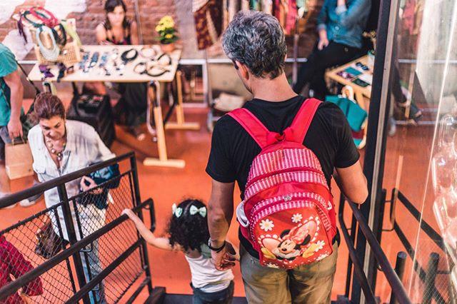 Enquanto as mulheres expõem seu trabalho na feira de mães empreendedoras ou tomam uma cervejinha com as amigas…  _ Feira Nossa Grama Verde: Mães Empreendedoras Sábado, 11 de maio Casa Fresca (Rua Pirité, 137) _ Foto: @pablocaldeira _ #nossagramaverde #diadasmaes #comprelocal #belohorizonte #valorizeolocal #maesempreendedoras