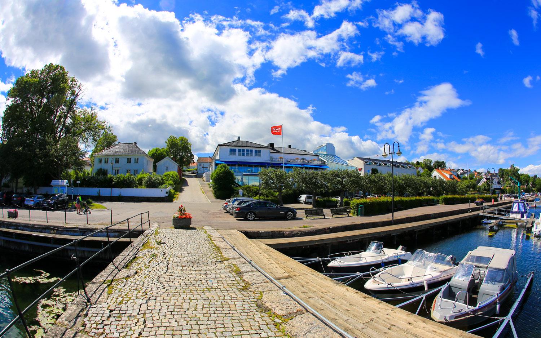 """Åsgårdstrand og hotellet (til høyre i bildet) sett fra """"Pikene på broen-stedet""""."""