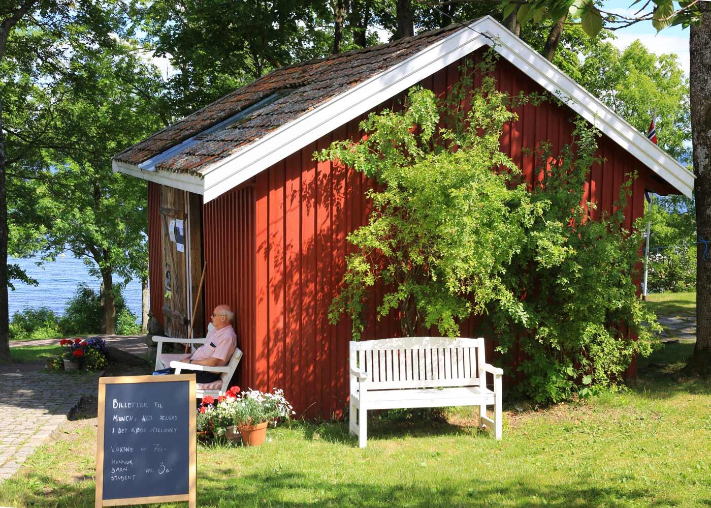 I atelieret som ligger ved siden av Munchs Hus kan du kjøpe billetter til omvisning i Munchs hus samt kunst.