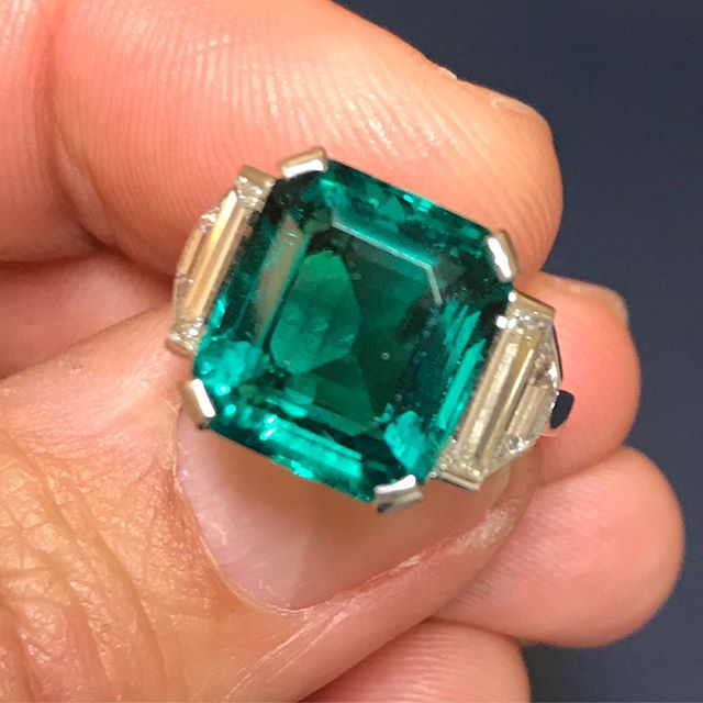 A fine Colombian emerald and diamond ring of over 7 carats mounted in platinum and diamonds- ✈️ Las Vegas bound booth 838 Las Vegas convention Center 30th May- 3rdJune  #colombianemeralds #nofilterneeded #minoroil #emerald#emeraldanddiamonds #jsjewelsltd #forsale