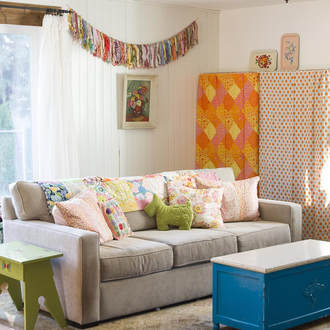Bright Cheery Family Room with Rag Garland - via www.cottagemagpie.com