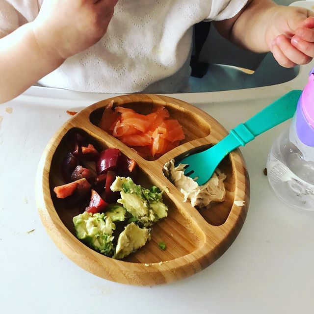 Healthy fats and omega 3s for lunch in under 2 mins: lox, avocado, hummus and tomatoes #toddlereats #tinytaster #futurefoodie