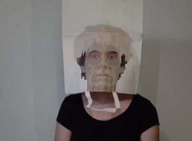 Spectatrice avec masque d'artiste