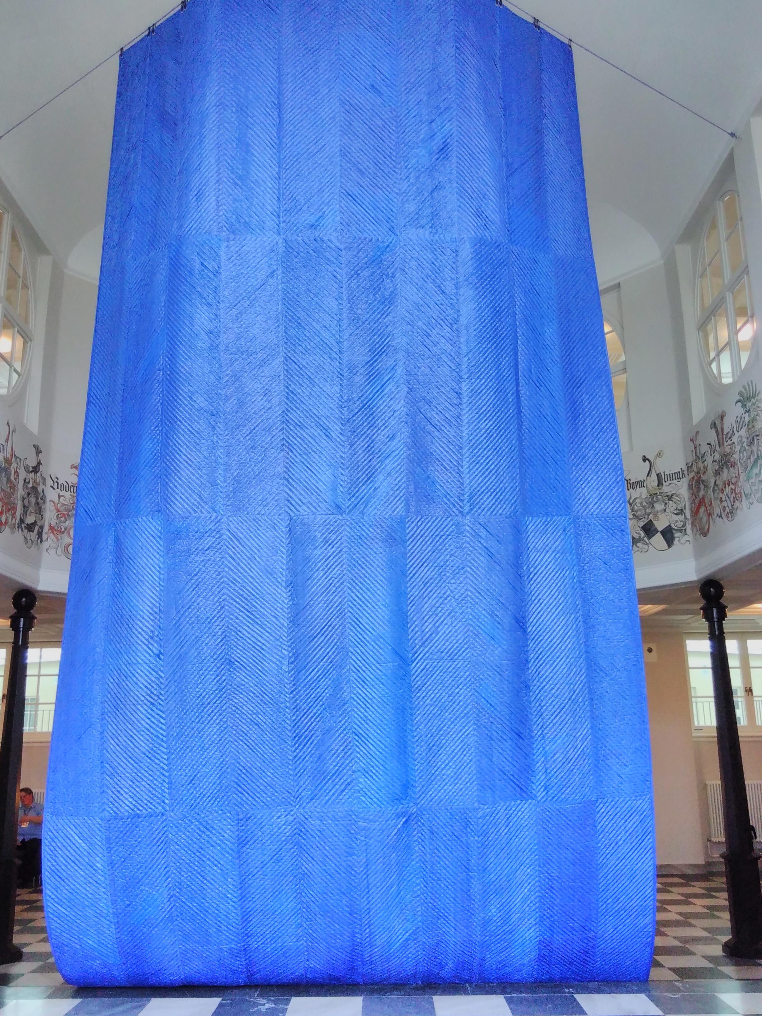 Le bleu de l'oeuvre du Mata Aho collective faite avec du matériau de bâche type sac Ikea, documenta de Kassel 2017