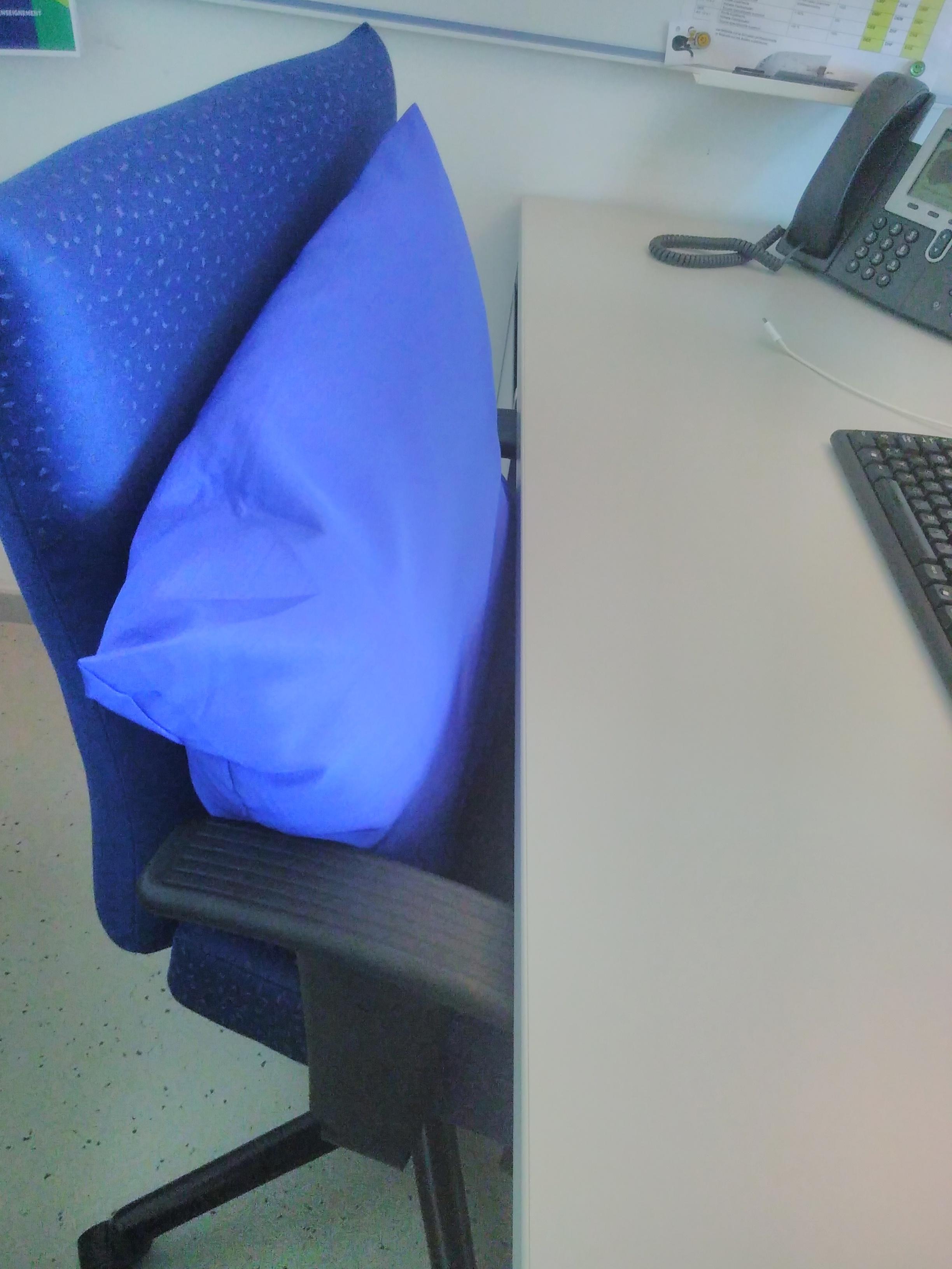Et de retour au travail, le bleu du coussin de la chaise de ma collègue. Ou le bleu de travail de bureau.