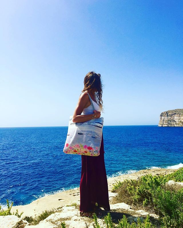 New stock! Sea Mist & Poppies Tote Bag, perfect for carrying your beach items 🌊🌷🌹 #sea #boats #poppies #floral #totebag #gift #houseofgozo #giftshop #art #gallery #traveltogozo #maltagozo #maltaphotography #gozophotography #lovinmalta #visitgozo #maltaliving #seamalta #visitmaltait #lovemalta #maltalovers #maltaisamazing
