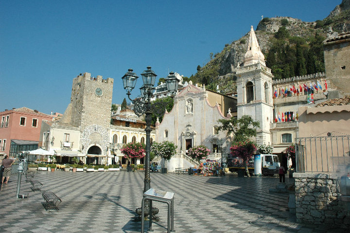 Taormina main square 3.jpg
