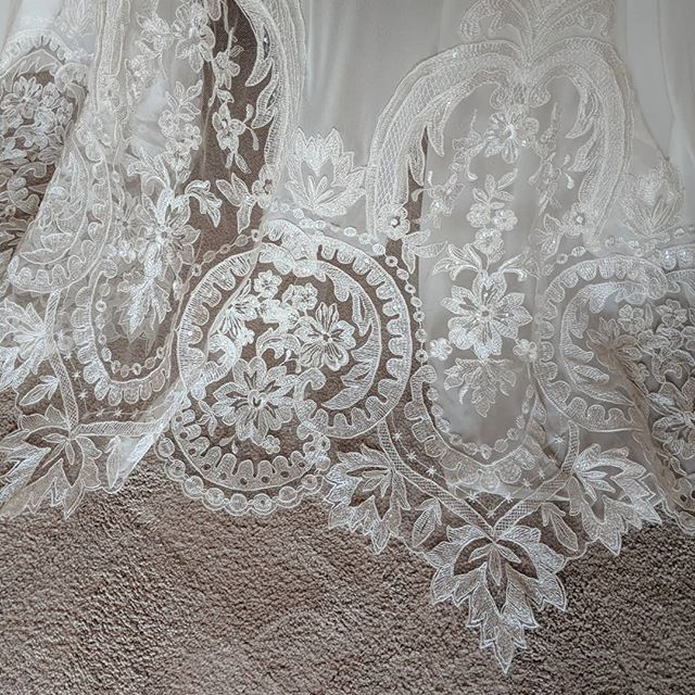 Intricate lace detailing from a bride of mine recently who found her dream dress in @mayandgracebridal in Haslemere, Surrey ♥️